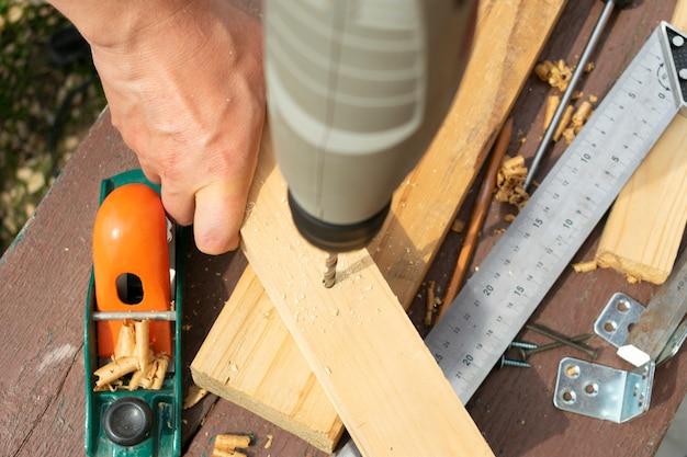 Trabalhando com madeira, perfurando a furadeira