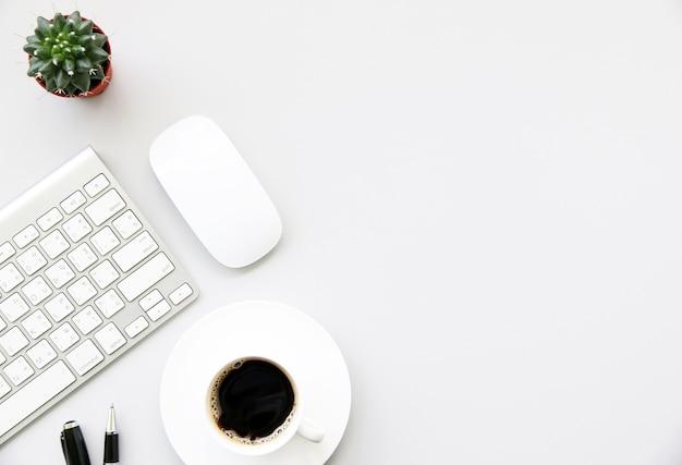 Trabalhando com teclado, mouse, café quente e cacto copie o espaço