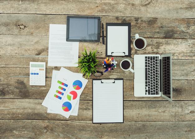 Trabalhando com uma pilha de papéis e um laptop
