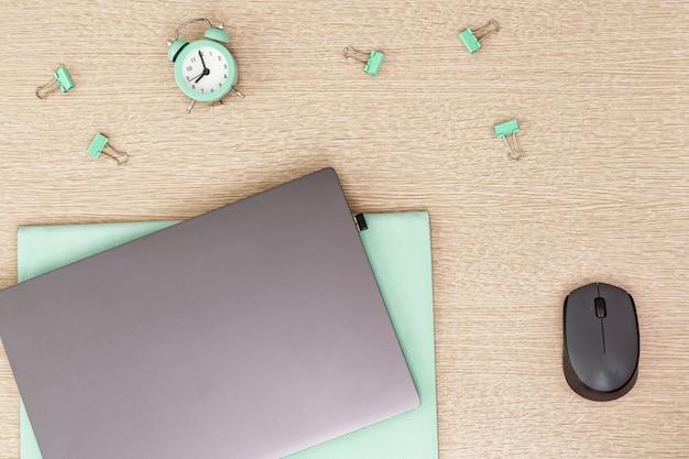 Trabalhando em casa. laptop para trabalho e relógio para controlar o tempo todos os dias. espaço de trabalho para freelancer. vista do topo.