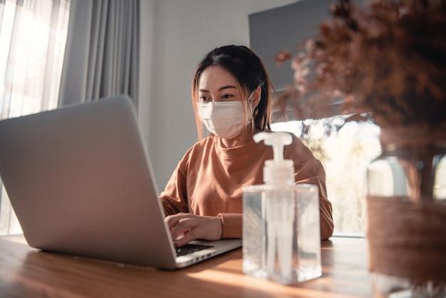 Trabalhando em casa, proteção contra coronavírus, mulher em quarentena por coronavírus usando máscara protetora.
