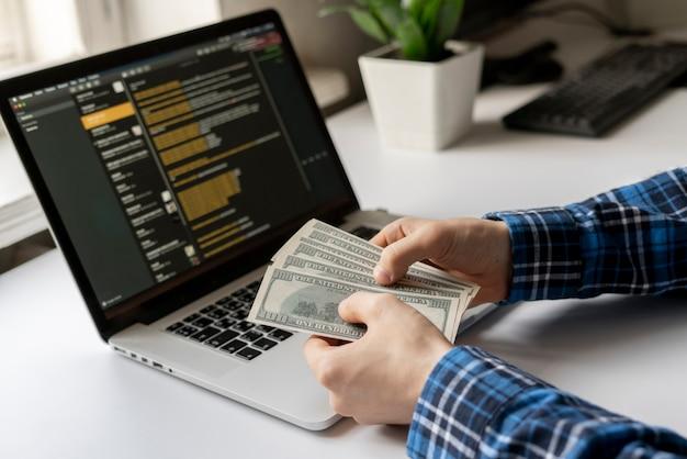 Trabalhando em casa. side hustle, pessoa ganhou dinheiro via computador usando a internet