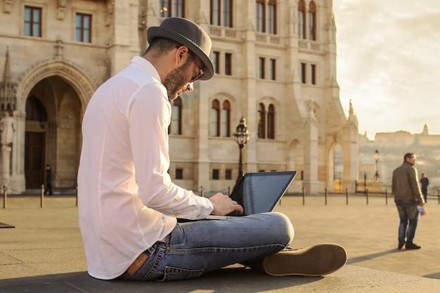 Trabalhando em um laptop na cidade