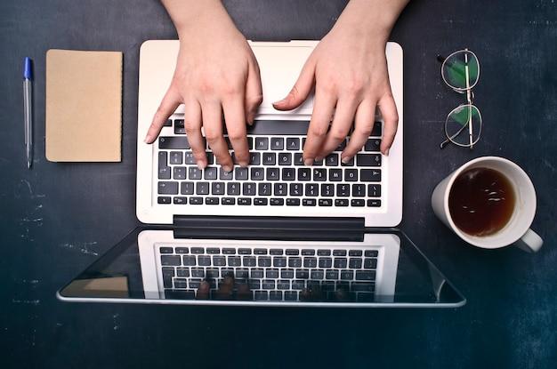 Trabalhando em um laptop