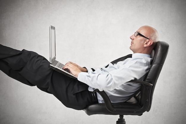 Trabalhando em uma posição relaxada