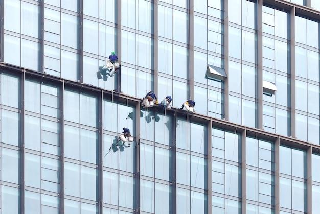 Trabalhando perigoso skycraper windows cleaner