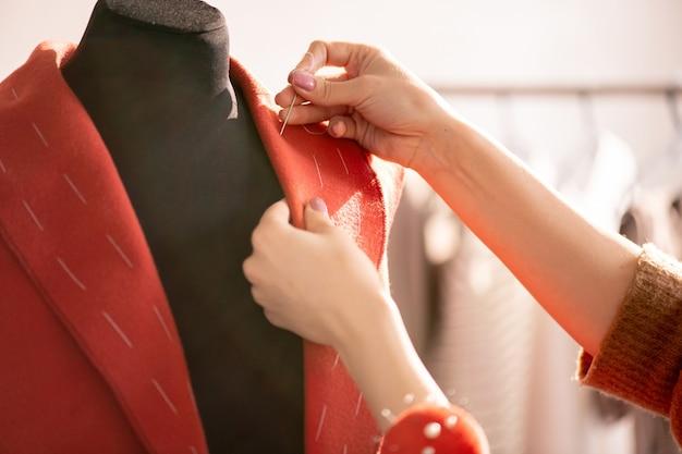 Trabalhando sobre o casaco vermelho