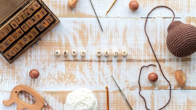 Trabalhar com fios, conjunto de letras de madeira, coisas feitas à mão, composição de materiais e instrumentos. vista do topo