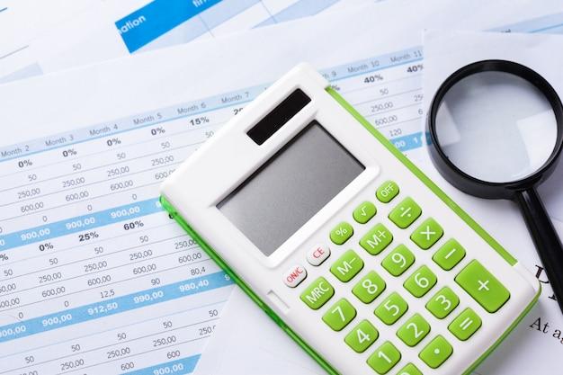 Trabalhar com uma lupa, uma calculadora e papéis