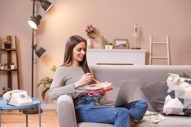 Trabalhar em casa conceito de pausa para almoço
