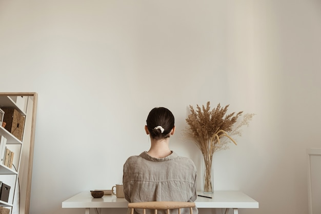 Trabalhar em casa conceito. garota trabalhando em casa. design de interiores de salas de estar modernas