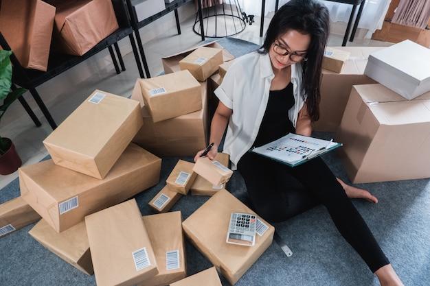 Trabalhar em casa e verificar os pacotes de remessa