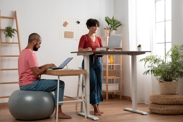 Trabalhar em casa em uma estação de trabalho ergonômica