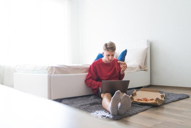 Trabalhar em casa para um laptop e entrega de pizza
