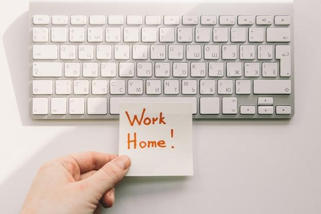 Trabalhar em casa, teclado e adesivo. teletrabalho