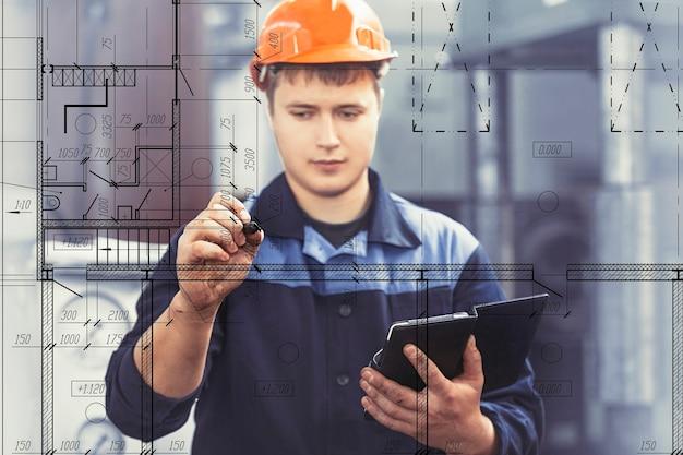 Trabalhar na fábrica com um tablet na mão no contexto do equipamento