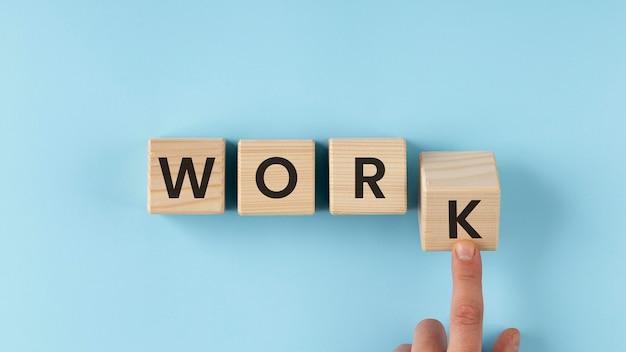 Trabalhe a palavra no arranjo de cubos de madeira