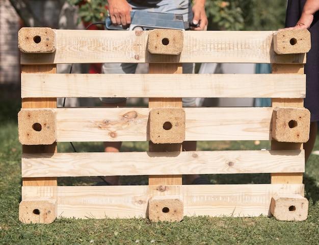 Trabalhe com o conceito de madeira fazendo móveis de madeira