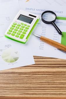 Trabalhe com uma lupa, uma calculadora e papéis