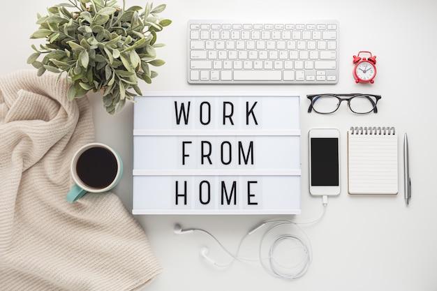 Trabalhe em casa conceito com coisas de trabalho na mesa branca
