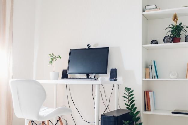 Trabalhe em casa durante a pandemia de coromavírus. fique em casa. espaço de trabalho do freelancer. interior do escritório com computador