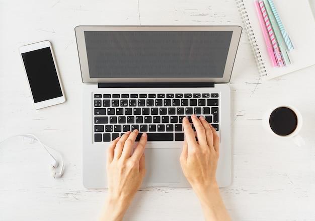 Trabalhe em casa, faça compras online, aprenda. mesa branca, mesa velha. vista do topo.