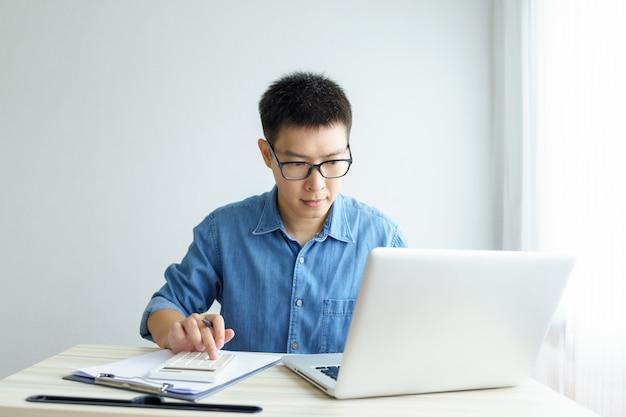 Trabalhe em casa jovem freelancer ou empresário trabalhando em escritório em casa com tablet smartphone.