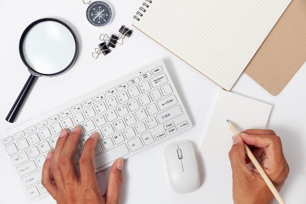 Trabalhe em casa o conceito de objetos de negócios no fundo da tabela em casa.