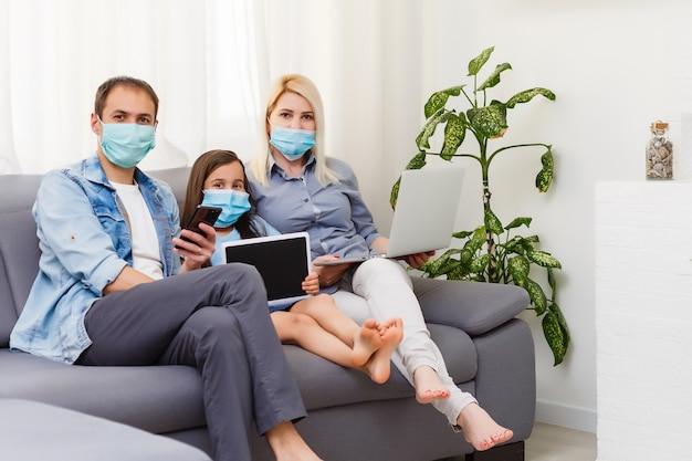 Trabalhe em casa ou fique em casa após a crise pandêmica do coronavirus covid-19. estilo de vida feliz família tempo em casa com laptop e tablet. quarentena.