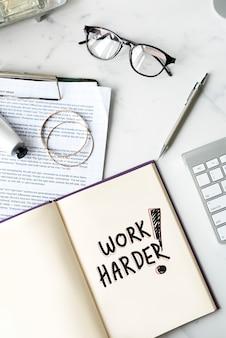 Trabalhe mais arduamente escrito em um notebook