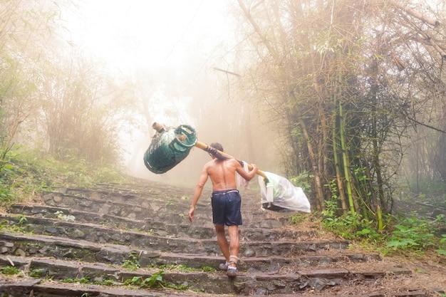 Trabalho carregando sacola e muito mais na floresta