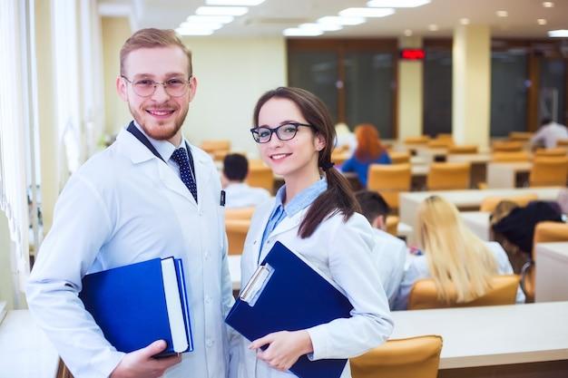 Trabalho científico de médico generalista. plano de fundo um estudante de medicina para livros didáticos na escola de enfermagem.