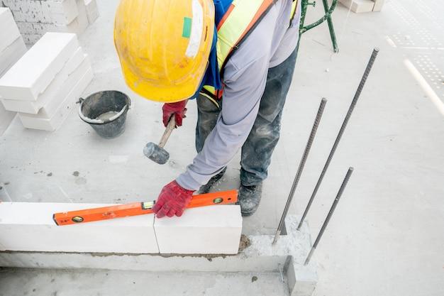 Trabalho de alvenaria em canteiro de obras de construção de casa