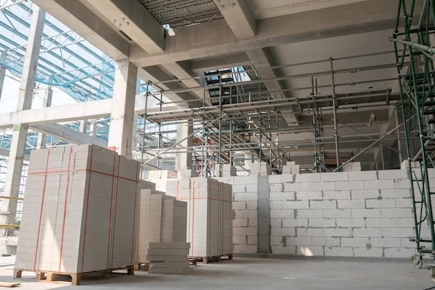 Trabalho de alvenaria sob laje de concreto no canteiro de obras fundo de conceito de ninguém
