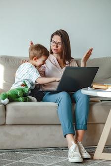 Trabalho de conceito em casa e educação familiar em casa, mãe jura