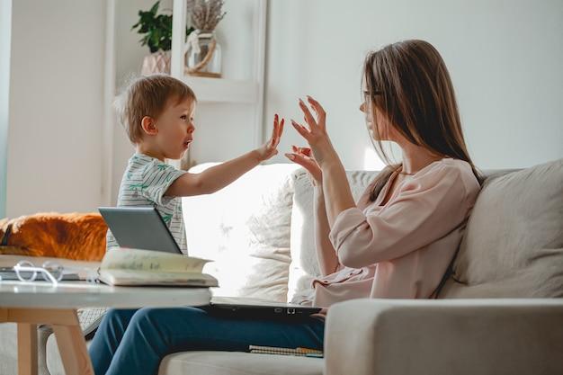 Trabalho de conceito em casa e educação familiar em casa, mãe trabalhando w
