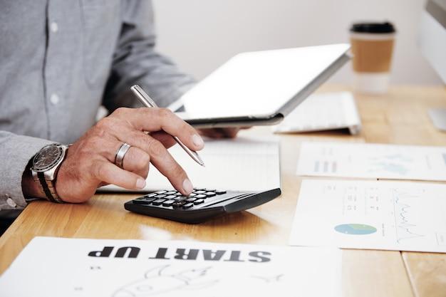 Trabalho de contabilidade no escritório