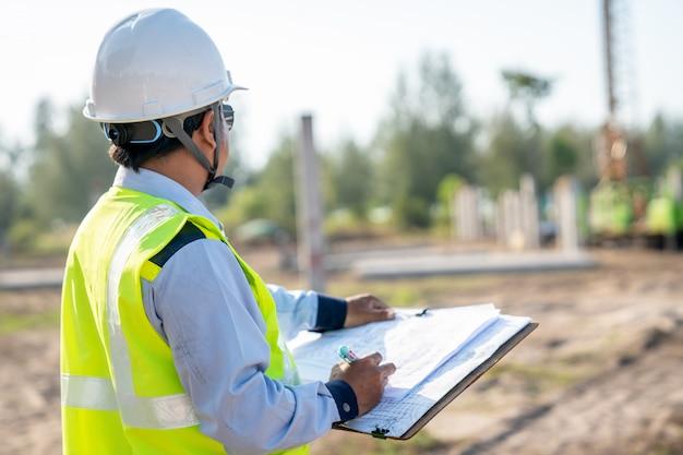 Trabalho de empilhamento de inspeção de engenheiro civil no local de construção de infra-estrutura