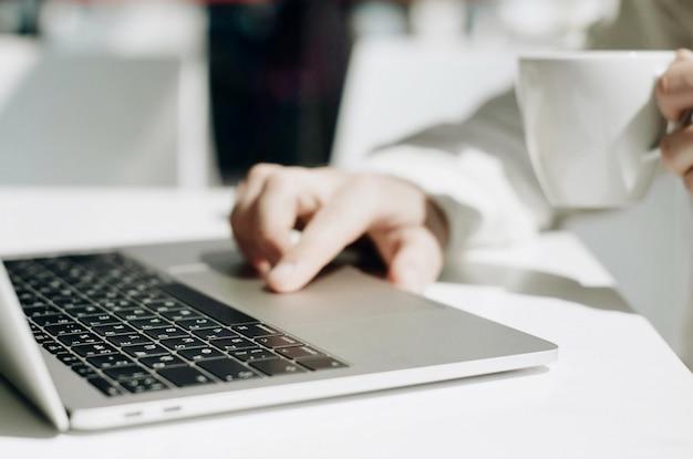 Trabalho de empresário no laptop para o projeto.