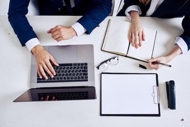Trabalho de equipe de gerentes no escritório com profissionais de laptop