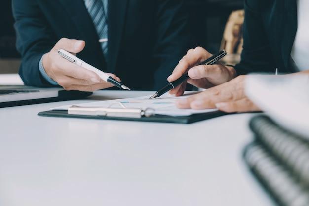 Trabalho de equipe de negócios no processo de reunião
