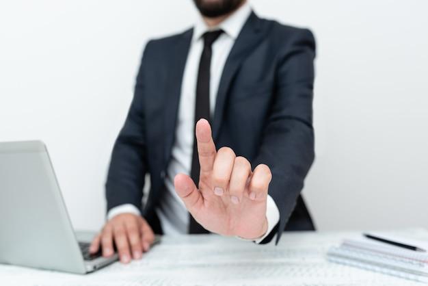 Trabalho de escritório remoto online apresentando tecnologia de comunicação escrevendo notas importantes entrevista de emprego ...