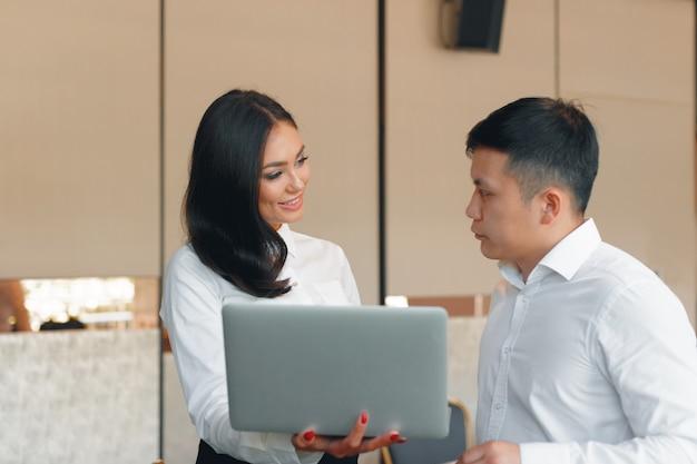 Trabalho de estratégia de discussão de reunião de grupo de negócios