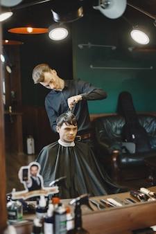 Trabalho de homem com cabelo. cabeleireiro com um cliente.
