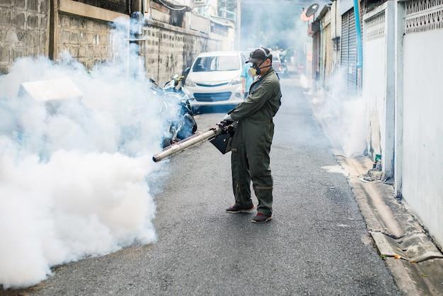 Trabalho de homem nebulizando para eliminar o vírus do mosquito e zika