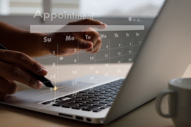 Trabalho de homem, negócios, escrita, trabalho e agendamento calendário ocupado, agendamento de tarefas e compromissos na agenda do planejador semanal