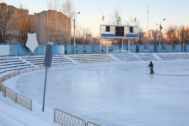 Trabalho de inverno para encher o estádio de água. patinação
