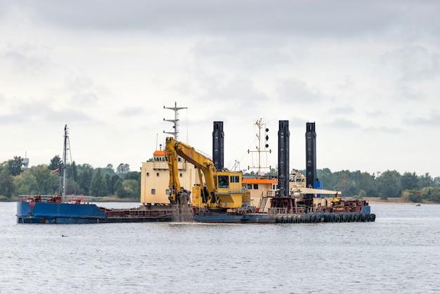 Trabalho de limpeza do leito do canal do porto