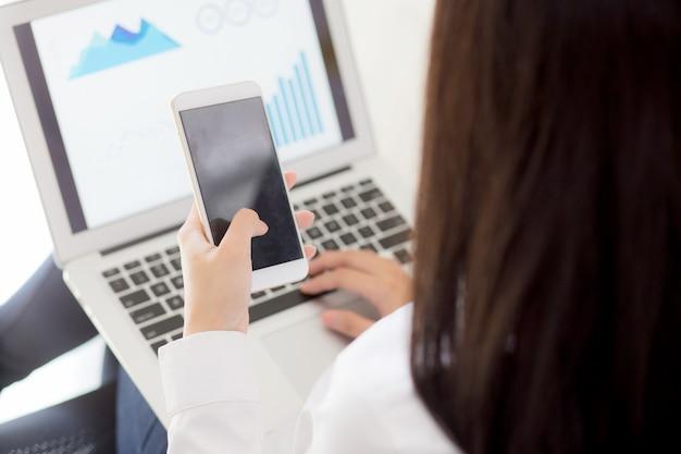Trabalho de mulher de negócios closeup com análise de finanças e planejamento de dados no laptop