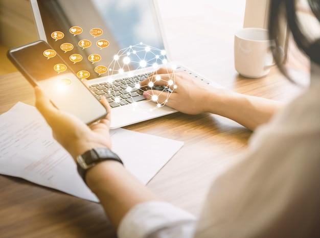 Trabalho de negócios e mundo de tecnologia de rede social do computador o caderno de mesa na apresentação de idéia de mesa de madeira.